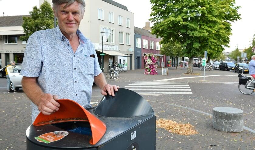 Kees bij de afvalbak in het centrum   | Fotonummer: 62b664