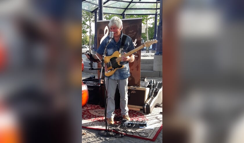 Pieter met zijn gitaar tijdens een eerder kioskoptreden   | Fotonummer: b2693c