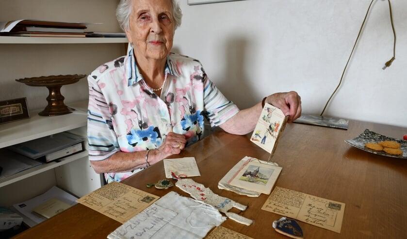 Mevrouw van der Woude met een aantal herinneringen uit de kamptijd   | Fotonummer: f41482