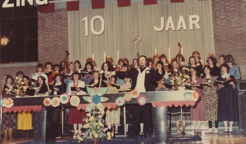 H.Mis bij het 10-jarig bestaan van 'Jongerenkoor Sincère' met dirigent Bert Buurman   | Fotonummer: 62b389