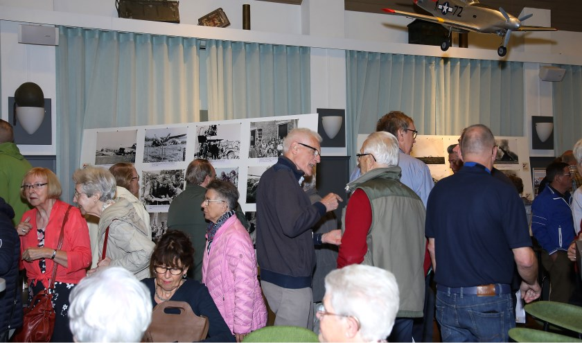 Drukte bij de opening van de expositie Son en Breugel 75 jaar bevrijd   | Fotonummer: d3526b