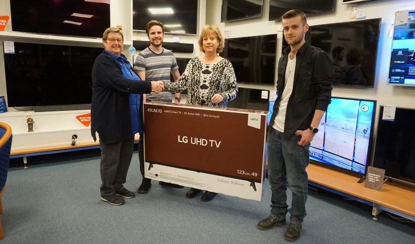 Mirjam, Rick en Luc nemen de tv in ontvangst     Fotonummer: 2d5c76