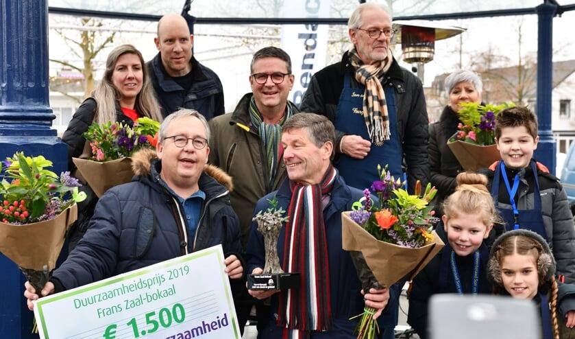 Op de voorgrond hebben Maurice Peeters en Thijs Wijnakker namens SonenBreugelVerbindt de prijs in ontvangst genomen   | Fotonummer: 338579