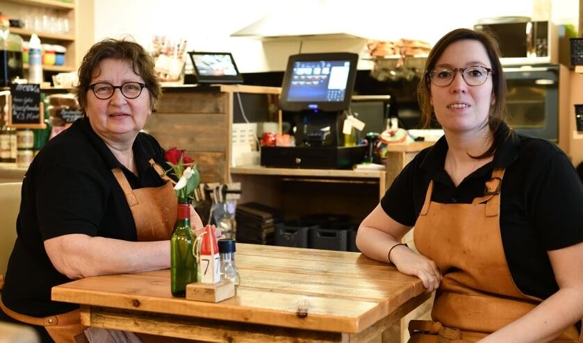 Henny Merks en Elles de Rooij in de lunchroom     Fotonummer: 057aff