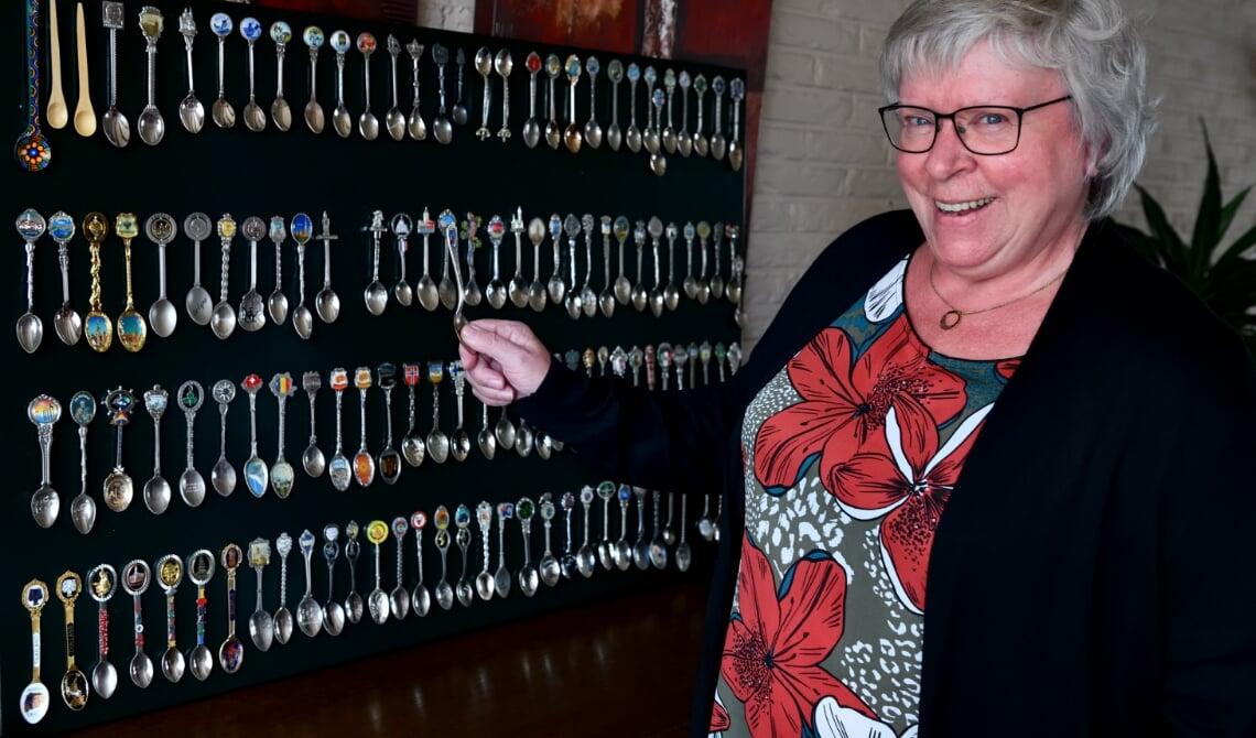 <p>Annet van den Boogaard bij haar verzameling theelepeltjes</p>