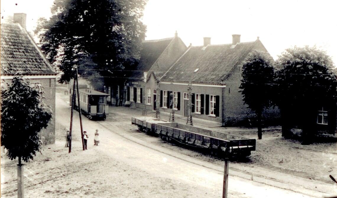 Circa 1906. Een tram en twee goederenwagons op de wissel bij het raadhuis, foto 71692