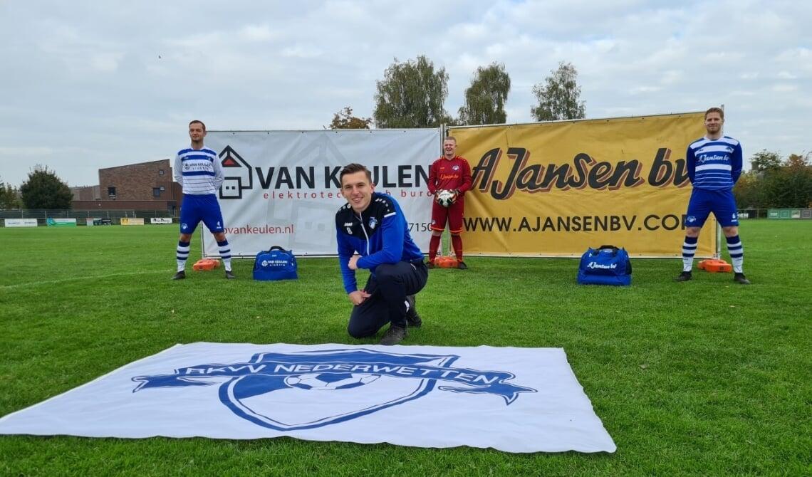 V.l.n.r. Tom Raaijmakers (uittenue), Jordy van den Boogaard (keeper), Willem Van Rooij (thuistenue). Zittend: Roy Sleegers (trainingspak)