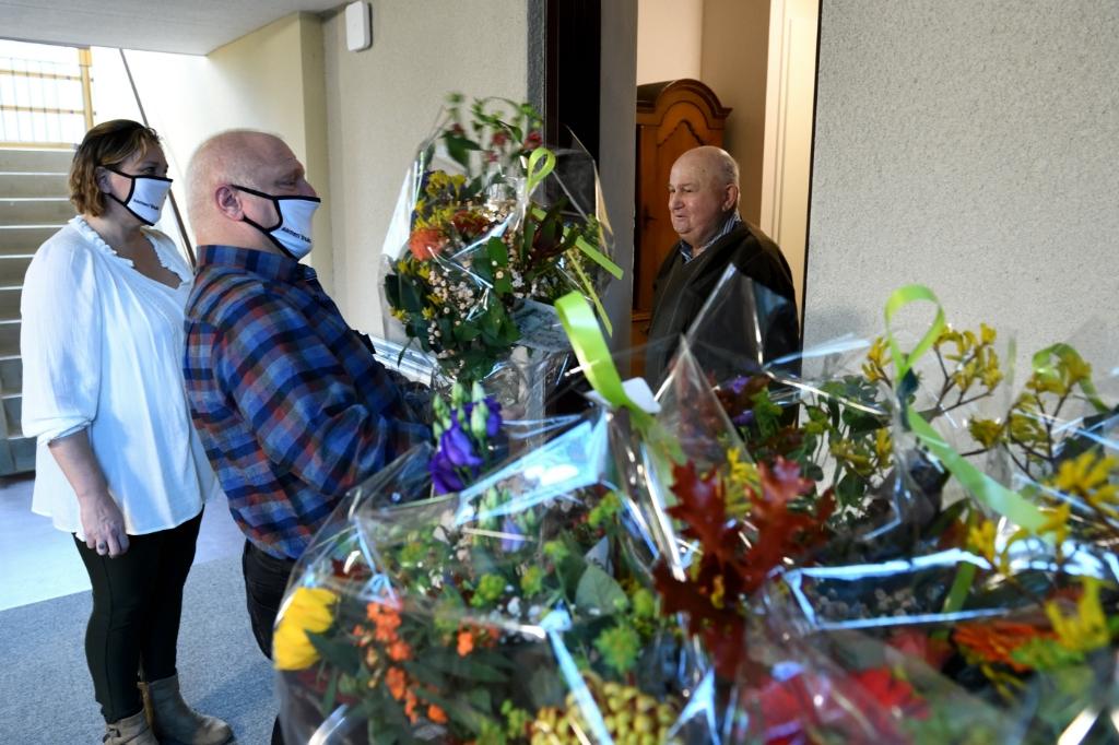 De bloemen worden bezorgd bij de bewoners van Berkenstaete Foto: Wil Feijen © DeMooiSonenBreugelKrant