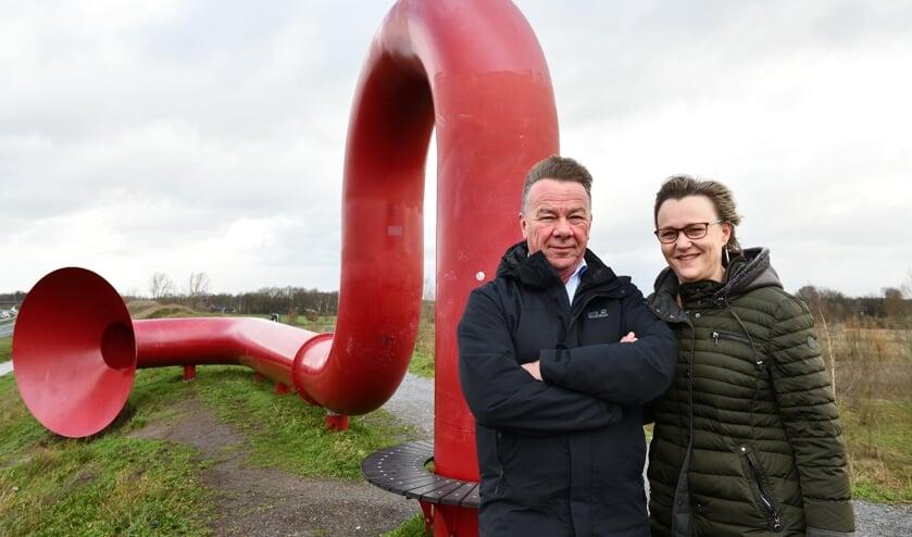 Martien (l) en Mireille (r) bij het kunstwerk 'Het Oor' langs de A50   | Fotonummer: b6b141