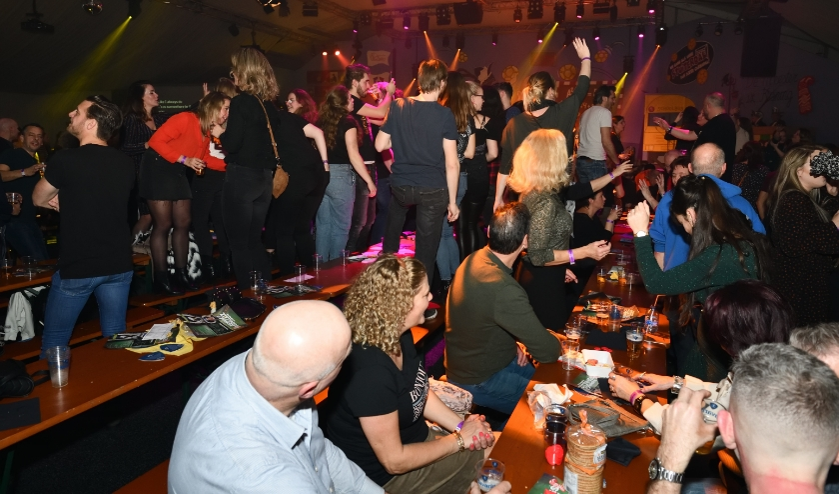 Tijdens de zittingsavonden was het een groot feest in de carnavalstent (archieffoto)   | Fotonummer: a488ea