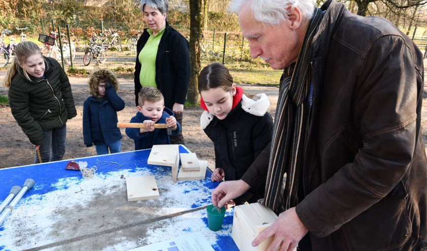 Wethouder Boersma helpt de leerlingen met het maken van een nestkastje   | Fotonummer: 11c8b1