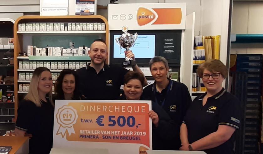 Terence en Minoe de Waal en collega's met de gewonnen prijs   | Fotonummer: 10a6dc