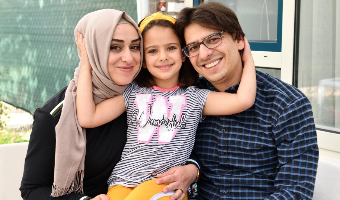 Erkam (r) met zijn vrouw Sinem (l) en dochter Feyza Nur (m)
