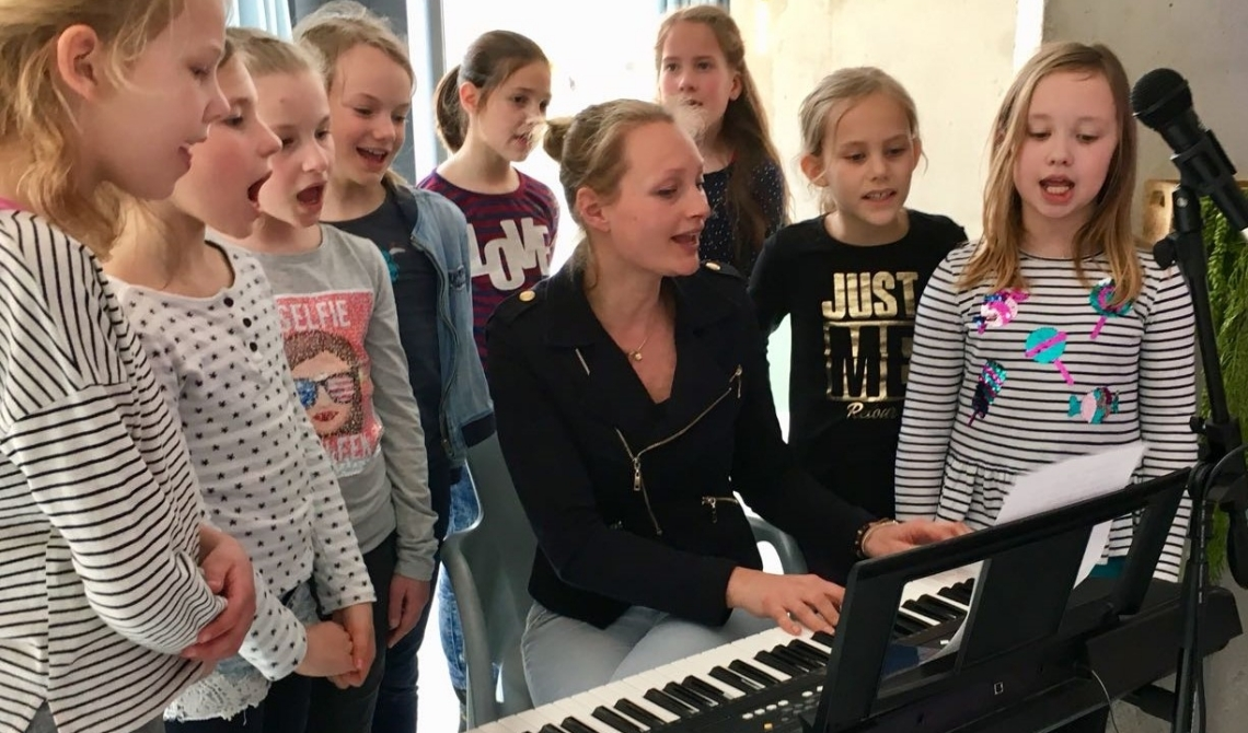 Eva begeleidt kinderen tijdens een verjaardagfeestje, wellicht aankomend jaar tijdens de KinderVakantie Muziekweek