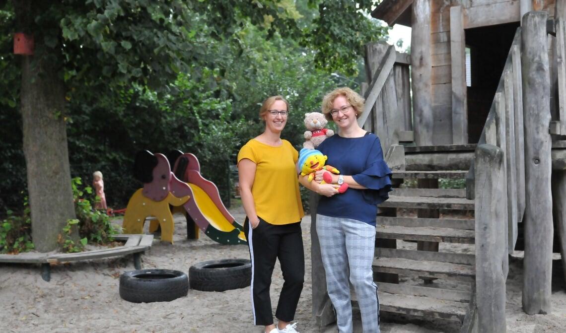 <p>Marlies (l) en Linda (r) van Op de Hoek, de peuteropvang die nog een paar weken open is (archieffoto)</p>