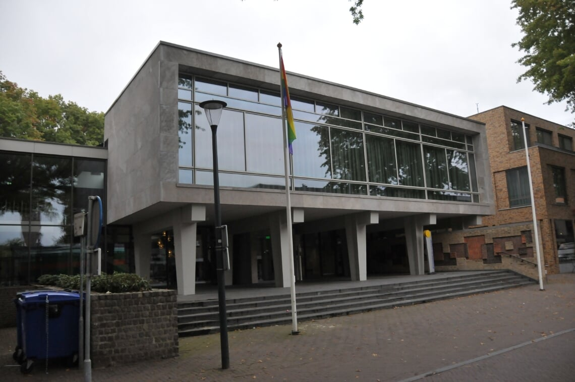 <p>De regenboogvlag hangt in de top bij het gemeentehuis</p>