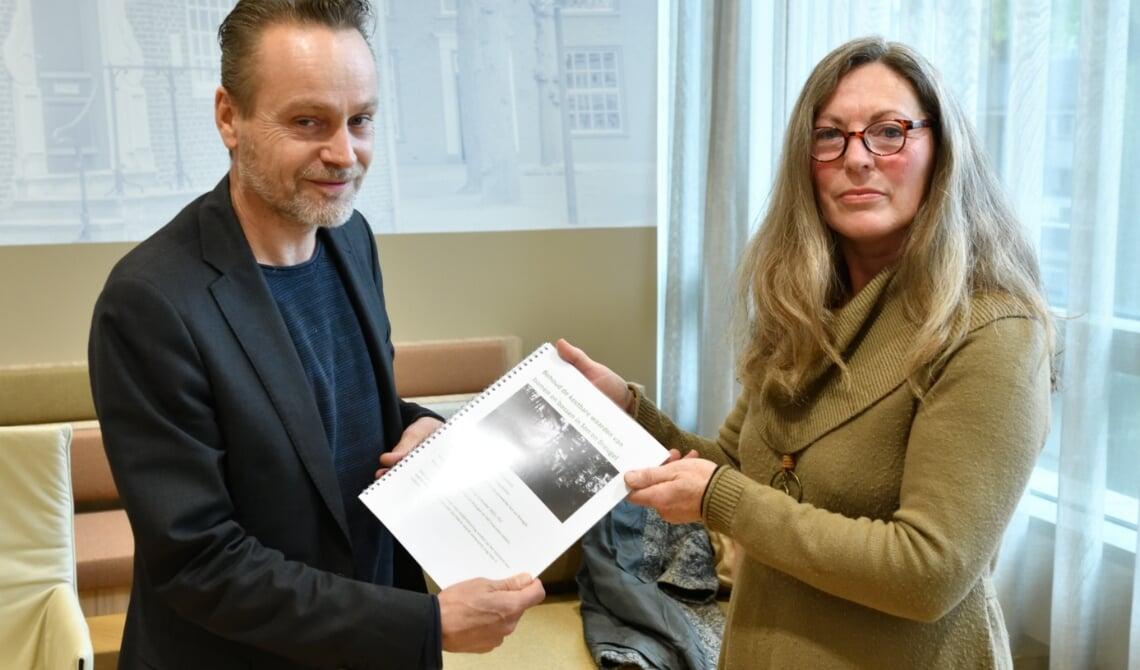 Wethouder Paul van Liempd neemt de petitie in ontvangst van Yolanda Warmoeskerken