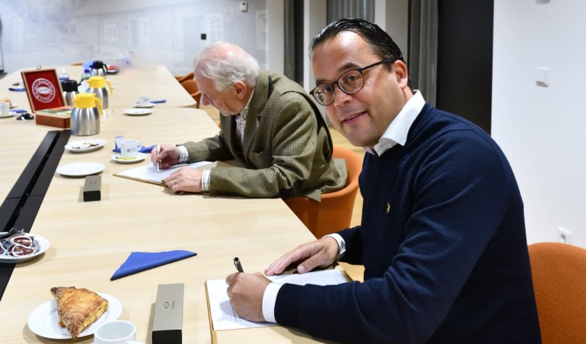 De koopovereenkomst en de anterieure overeenkomst worden ondertekend door burgemeester Hans Gaillard en Maarten Plasman