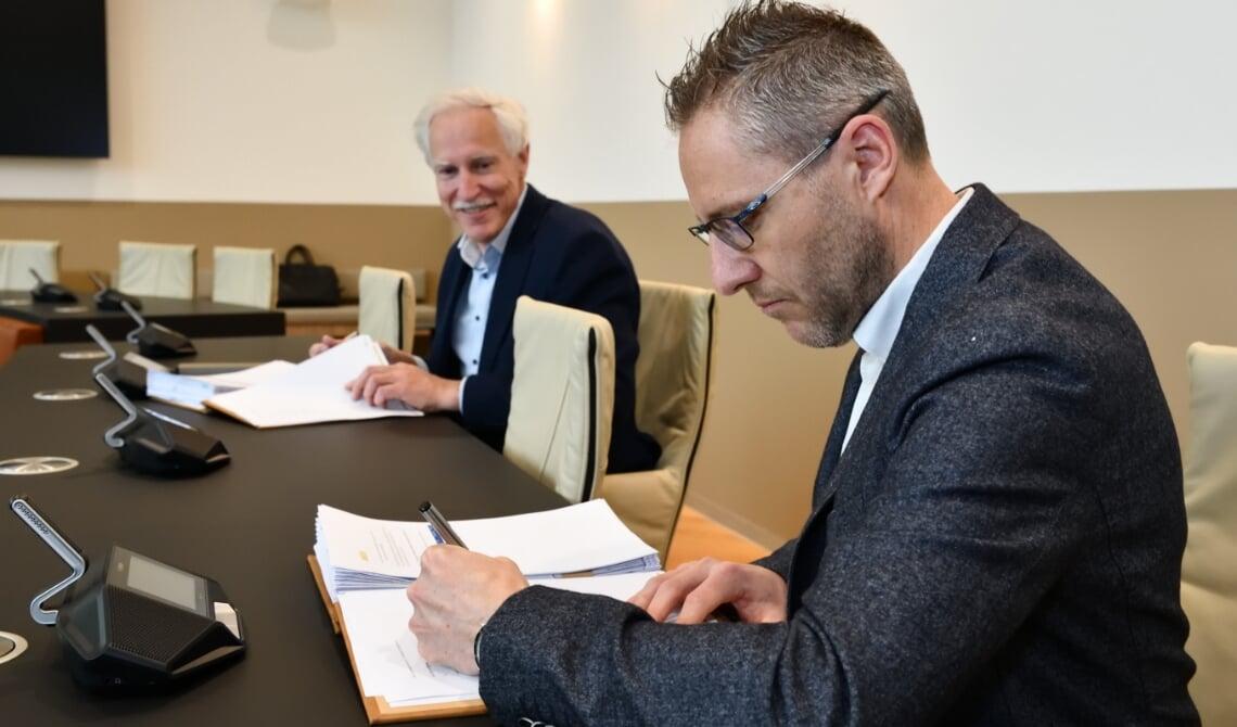 Wethouder Jan Boersma (links) en Geert Schenkels zetten hun handtekening onder het uitvoeringsplan
