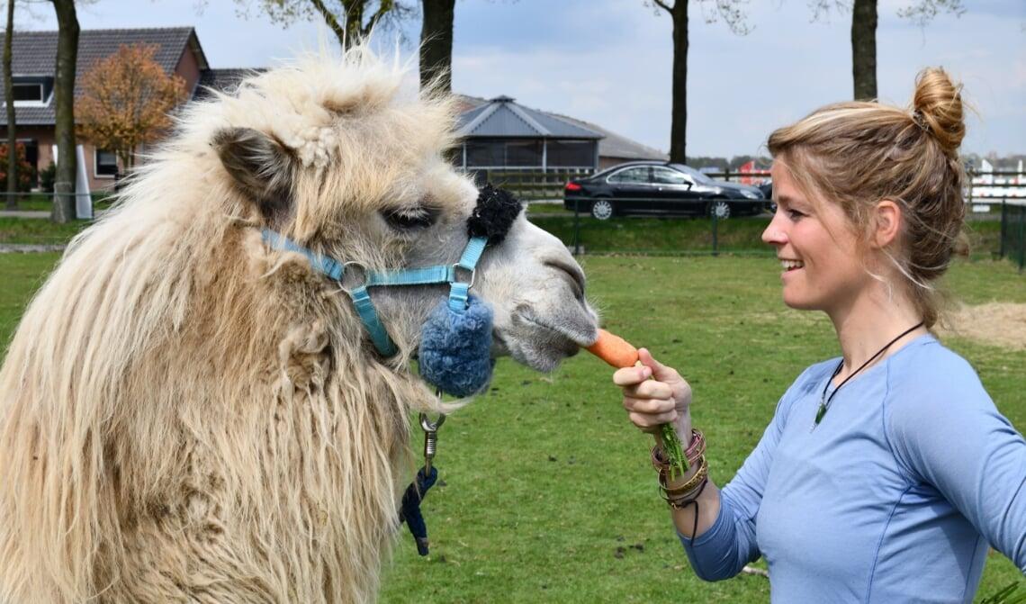 Tamar Valkenier met haar kameel Einstein