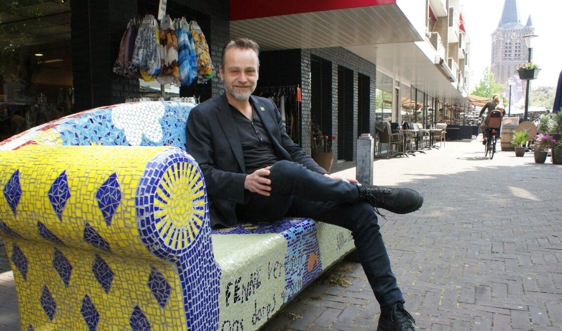 Paul van Liempd poseert op een social sofa op het Raadhuisplein