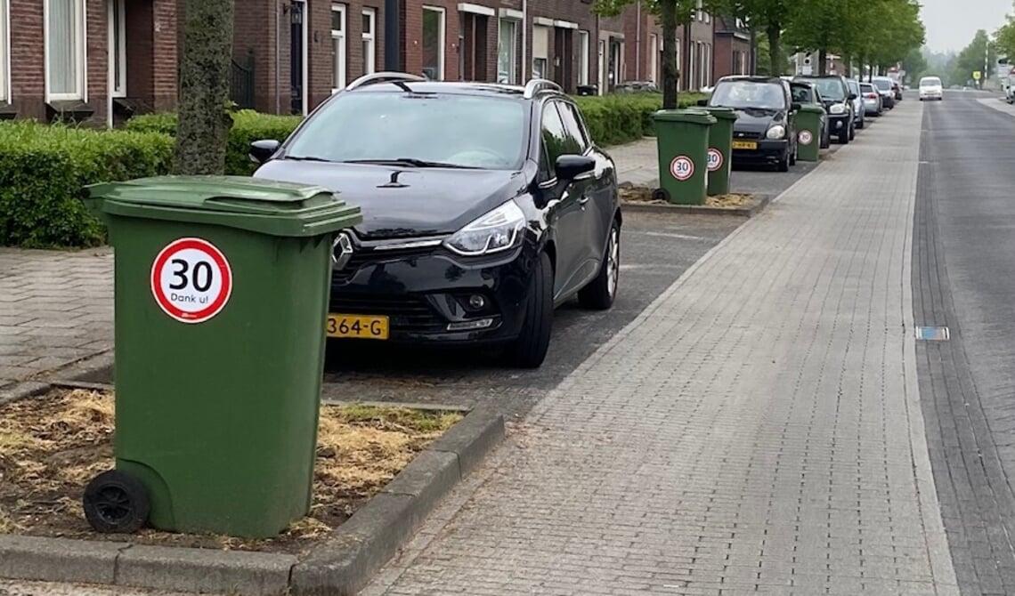 <p>Een sticker op de GFT-bak, zoals in de Kanaalstraat, dient als signaal om &nbsp;maximumsnelheid aan te geven (archieffoto)</p>