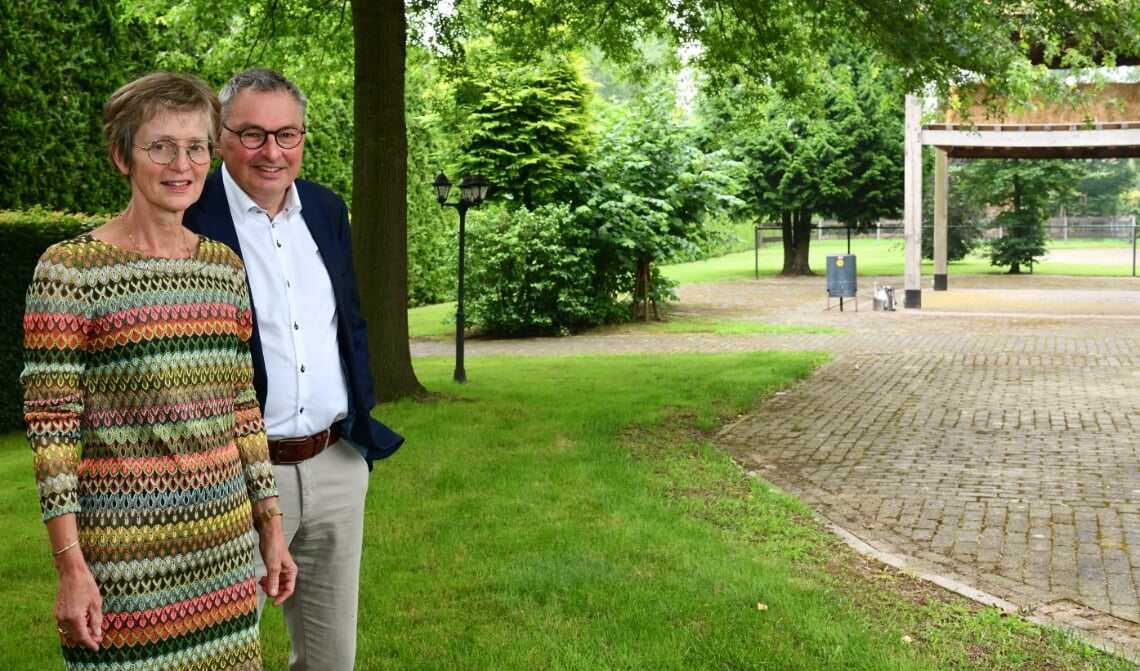 Jack en Maria Smits in hun tuin waar een deel van de miniwoningen gerealiseerd gaan worden