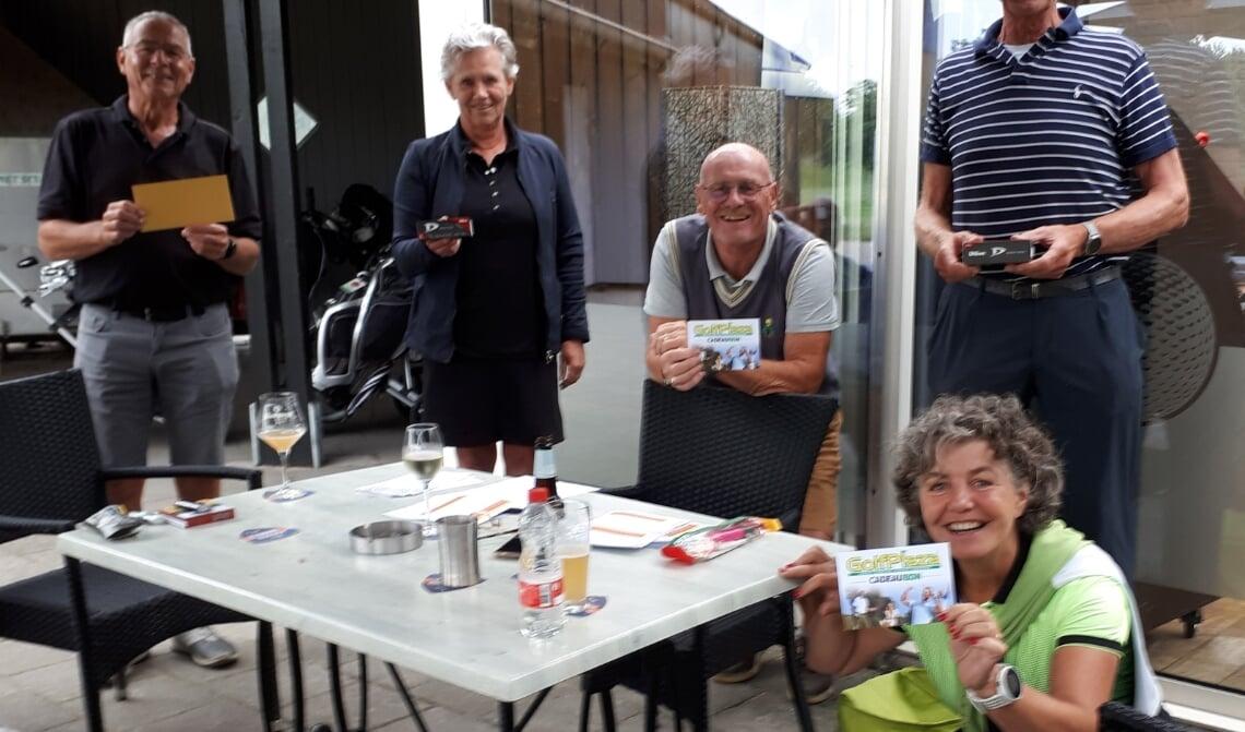 De overgelukkige winnaars bij golfbaan Golfhorst