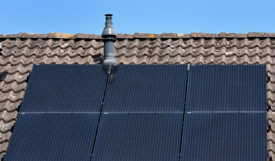 <p>Het laten plaatsen van zonnepanelen kan een van de stappen zijn in het verduurzamen </p>