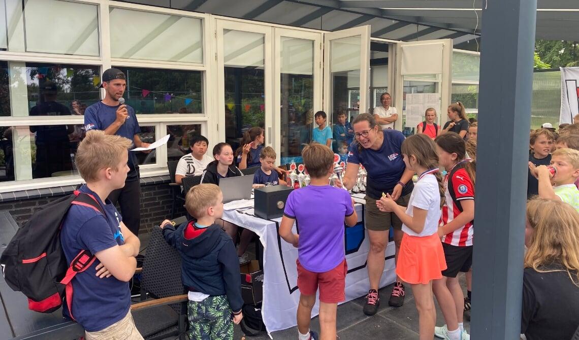 De prijzen worden uitgedeeld aan de jonge tennissers