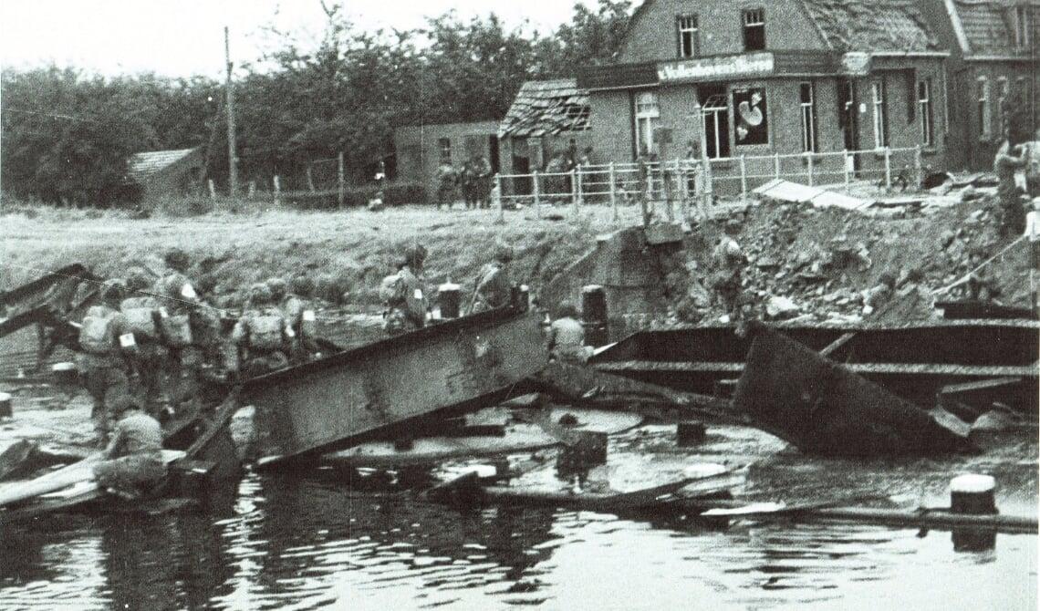 <p>de vernielde brug over het kanaal, op 17 september 1944 door de Duitsers opgeblazen. Aannemer Lavrijssen had gauw al planken aangeleverd voor een droge oversteek naar Eindhoven</p>