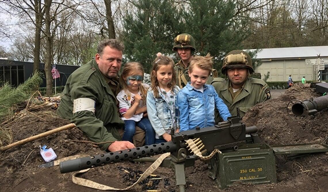 <p>De &#39;soldaten&#39; poseren met jonge kinderen (archieffoto)&nbsp;&nbsp;</p>