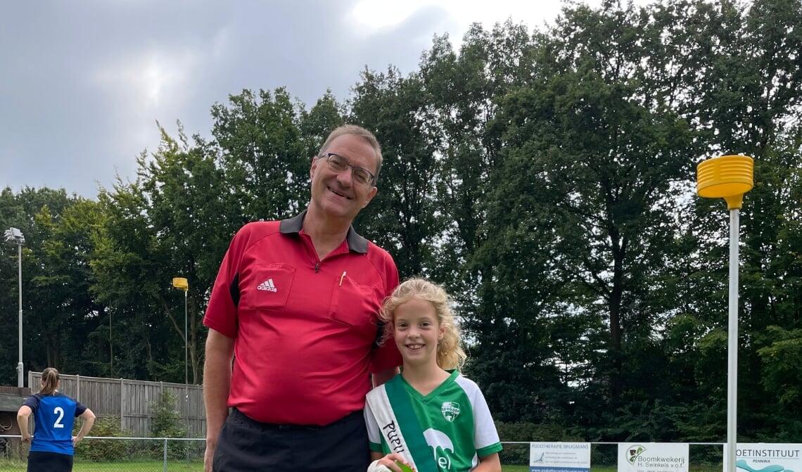 <p>Scheidsrechter De Rooij en pupil van de week Fenne Sprokholt</p>