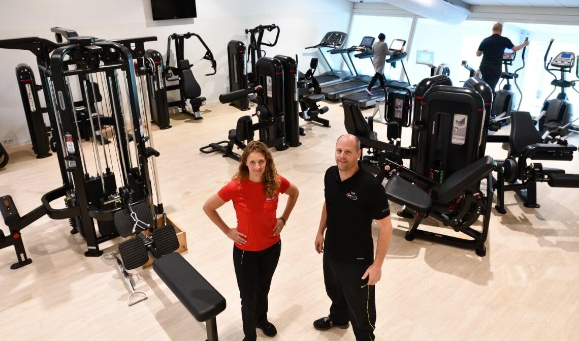 <p>Danny (l) en Arjen (r) in sportschool Son Sport met de nieuwe apparatuur</p>