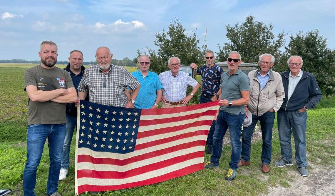 De jarige Bert Fisser achter het blauwe gedeelte van de vlag