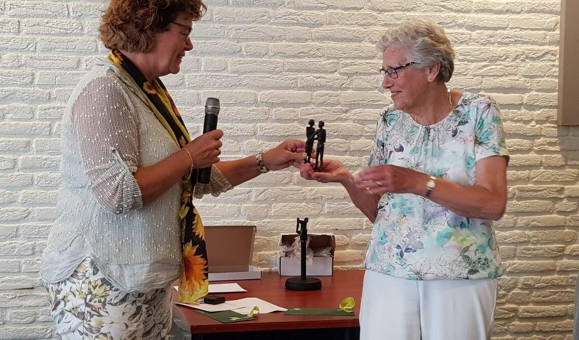 Nellie van de Wetering kreeg van  De Nationale Zonnebloem Breda een onderscheiding voor haar 35-jarige inzet voor de afdeling Son en Breugel