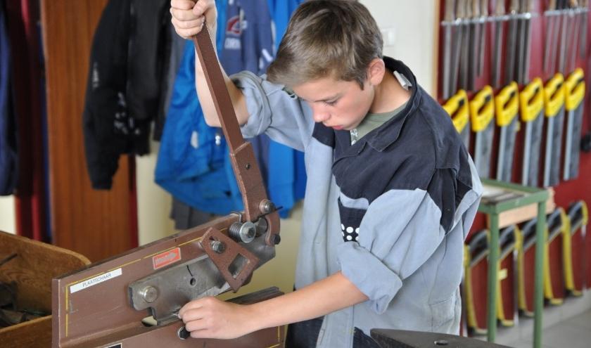 Een jongen volgt praktisch onderwijs.