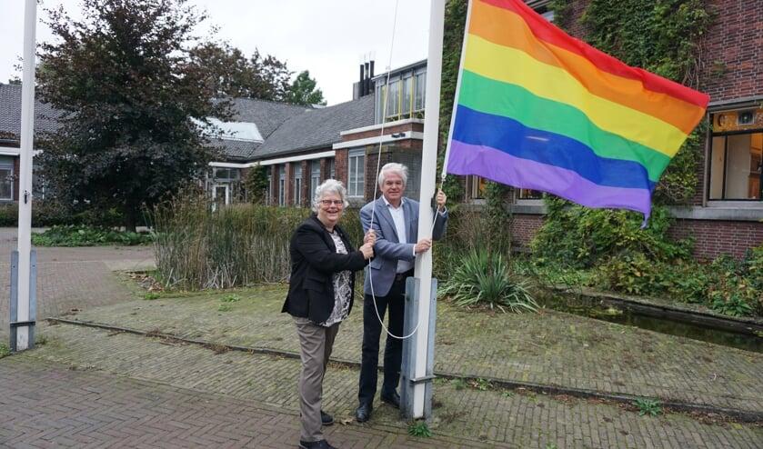 Wethouders Lamers en Cramwinckel hesen vanmorgen de regenboogvlag bij het gemeentehuis. Foto: VSK