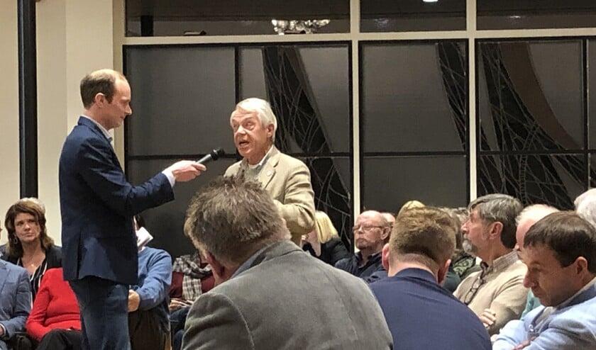 Pittige discussies tijdens de Dorpsdialoog over de voorgenomen verkoop van het Ambachts- en Baljuwhuis. Foto: VSK