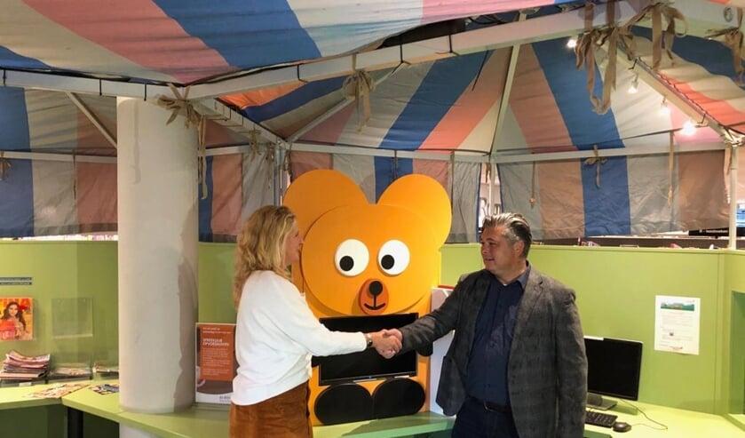 Afgelopen maandag 30 september kwam Wilbur het bereslim meubel aanbieden aan directeur Mariska Koning van de bibliotheek. Foto: pr