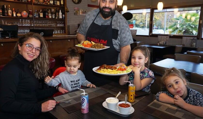'Shalom is ook heel geschikt als familierestaurant', zegt Seyhan Arikan terwijl hij op zijn vrouw en kinderen wijst. Foto: VSK