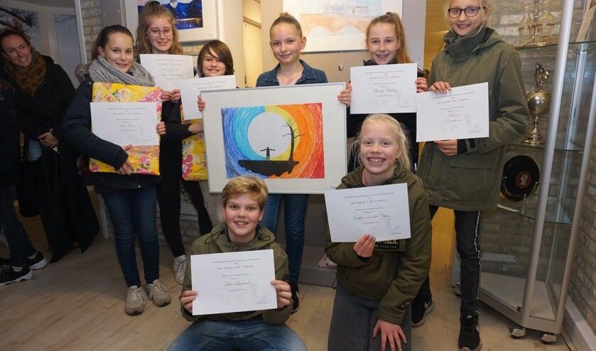 De winnaars van de Peaceposterwedstrijd met in het midden Sofie en haar winnende poster. Foto: Voorschotense Krant