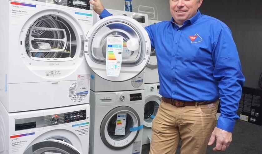 Gerard de Ru is razend enthousiast over de nieuwe en slimme wasmachine en droger van Bosch. Vraag er naar in de winkel. Foto: VSK