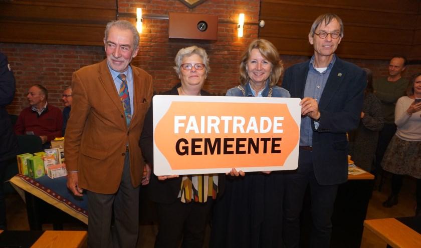 Vlnr Fer von der Assem, wethouder Monique Lamers, burgemeester Bouvy-Koene en Jos Harmsen van Max Havelaar.  Foto: VSK voor gemeente Voorschoten