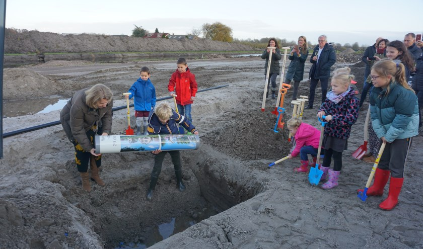 De tijdcapsule met de wensen van de toekomstige bewoners van Roosenhorst werd begraven. Het was de officiële opening van het project. Foto's: VSK