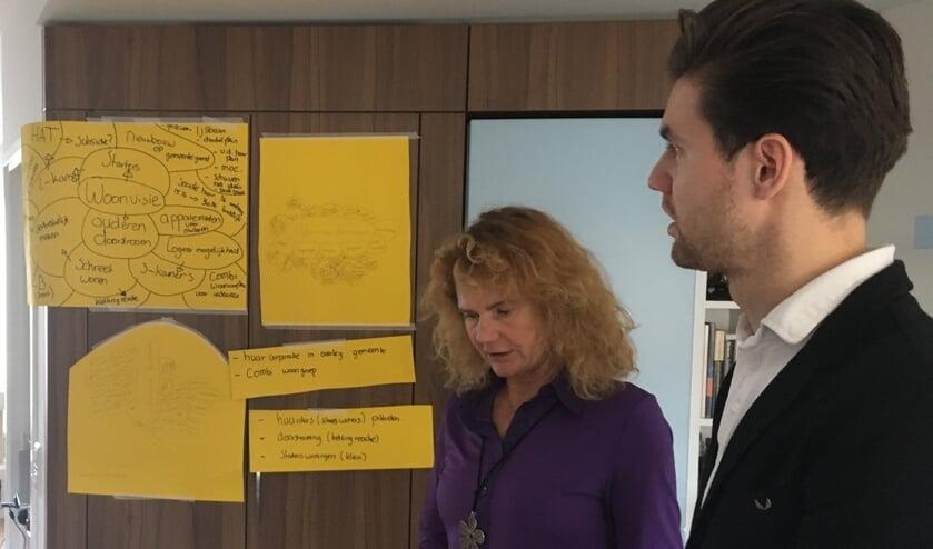 Marleen Persoon van Voorschoten Lokaal krijgt uitleg van de studenten. Foto: Voorschoten Lokaal