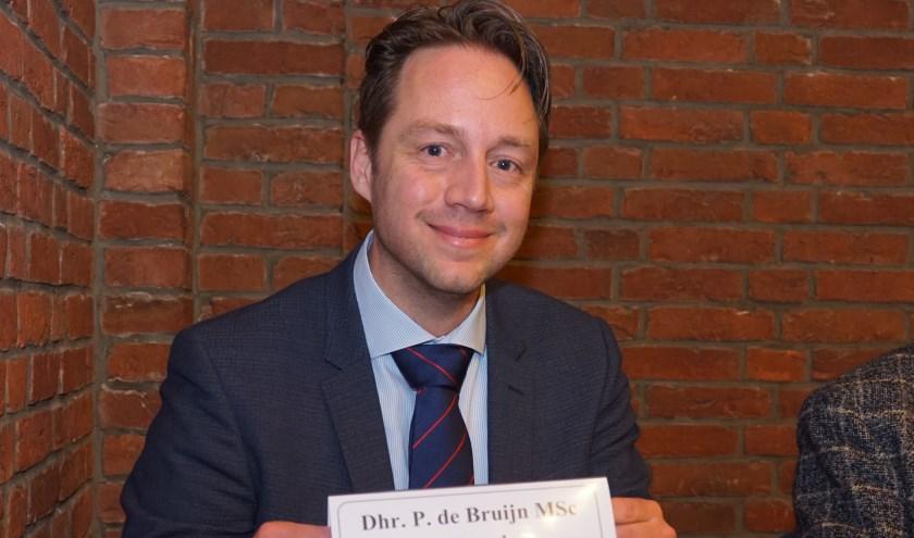 Wethouder Paul de Bruijn is donderdagavond beëdigd en heeft zijn plaats aan de collegetafel ingenomen. Foto: VSK