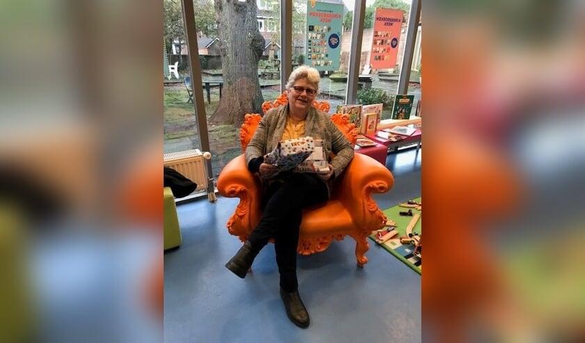 Wethouder Lamers hielp een handje mee met het uitdelen van Sintervoorieder1 cadeautjes. Foto: gemeente Voorschoten
