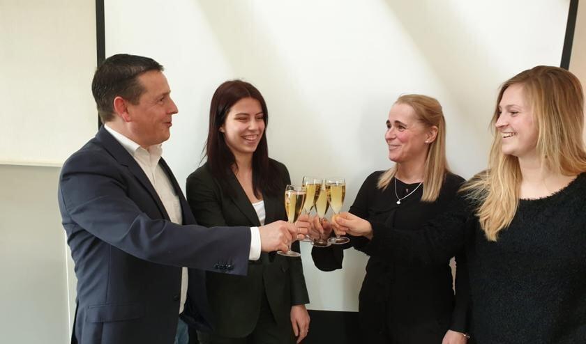 Een toast op de samenwerking, vlnr Marcel Schuller, FlorisV, Sonja Pluimgraaff (Upstairs), Irene van Teijlingen (Knip) en Renée Turion. Foto: PR
