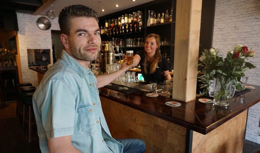 Het getapte biertje door Jainy smaakt eigenaar Sjoerd van Essen prima. Hij is trots op het verbouwde café. Foto: VSK